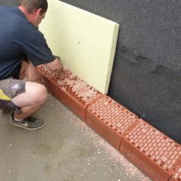 prví řada cihel vyplněná drceným polystyrenem -  poslouží pro odstranění tepelných mostů