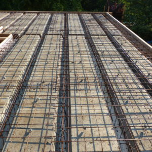 trámečkové zmonolitněné stropy nad suterénem - máme vyztuženo a připraveno pro betonáž