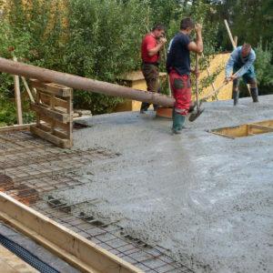 ... a betonáž tohoto stropu, beton bude urovnán a nakonec přehutněn vibrační lištou