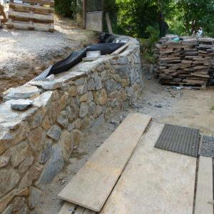 režné kamenné zdi a zídky umocnily přírodní charakter stavby i celého místa