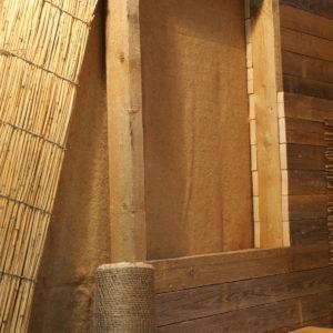 příčky z trámků obloženo oboustranně prkny, uvnitř dusaná jílovitá hlína (model z veletrhu)