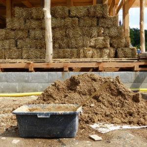 dřevo, balíky slámy a jíl - idylka přírodního stavitelství