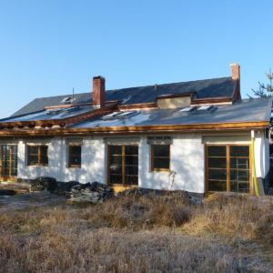 před zimou máme úspěšně dokončené obě střechy, osazena dřevěná okna a přesouváme se dovnitř