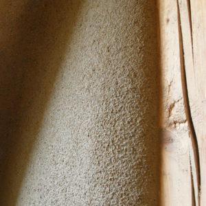 hliněná omítka s hrubým jílovým štukem