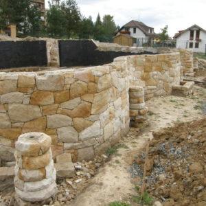 kamenná podezdívka domu v Lánech - pískovec