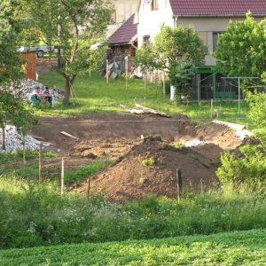 příprava staveniště - sejmutí ornice a vytyčení základů