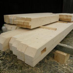 tesařská vazba připravená k montáži (lunární dřevo)